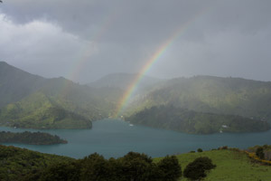 Über dem Queen Charlotte Sound steigt ein Regenbogen in den Himmel.