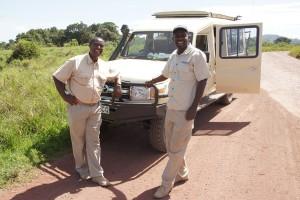 Maulidi (links) und Edwin lenken die Jeeps als sogenannte Driver-Guides und bereichern die Pirschfahrten mit ihrem großen Wissen. Foto: Kathrin Schierl