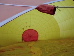 Kalte Luft wird in den Ballon geblasen.