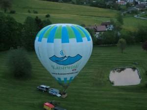 Los geht`s: Unser zweiter Ballon mit der Aufschrift Kaiserwinkl hebt in Kürze ab.