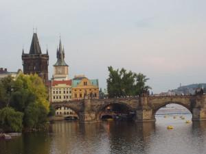 Die Karlsbrücke wurde im 14. Jahrhundert gebaut und verbindet die Prager Altstadt mit der Kleinseite. Foto: Hans-Herbert Holzamer