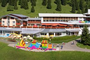 Das Kinderhotel Oberjoch. Mit der riesen Hüpfburg schon auf den ersten Blick Traum aller Kinder.