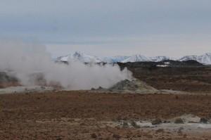 Dampfender Schwefelhügel auf den Feldern von Námaskard.