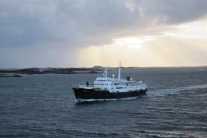 Begegnung mit der MS Lofoten, dem ältesten aktiven Schiff der Hurtigruten-Flotte. Es feiert in diesem Jahr 50. Geburtstag.