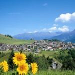 Dorfansicht Serfaus: Auf über 1400 Metern fühlen sich etwa 1100 Einwohner pudelwohl. – Foto: Foto Meyer, Serfaus