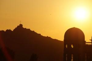 Sonnenuntergang im Südwesten Mazedoniens. Auf den Bergen und kleinen Hügeln befinden sich nicht selten Kreuze, Kapellen oder kleine Klöster, die weithin sichtbar sind als Zeichen der vorwiegend orthodox geprägten Bevölkerung in Mazedonien.