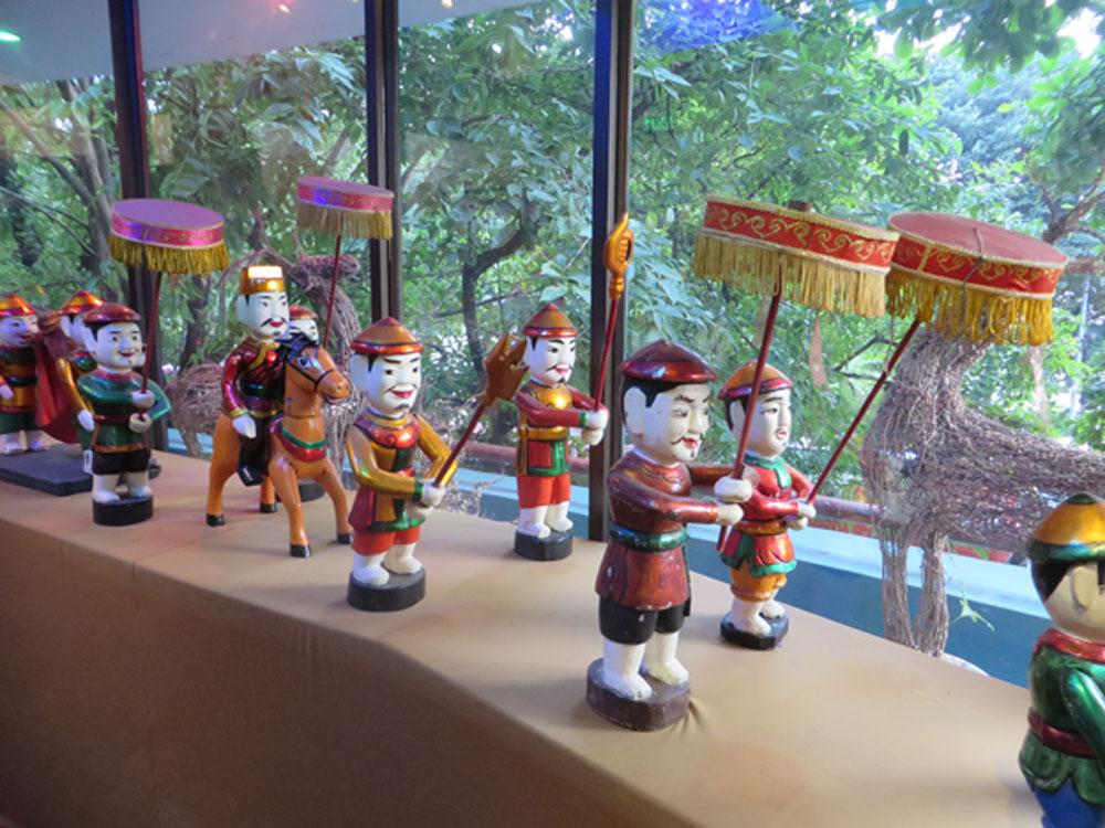 Figuren des Thang Long-Wasserpuppentheaters. Die Kunst des Wasserpuppenspiels soll über 1000 Jahre alt und einst aus der Not entstanden sein. Wegen Überschwemmung mussten die Spieler im Wasser stehend ihr Stück aufführen. So ist es noch heute.
