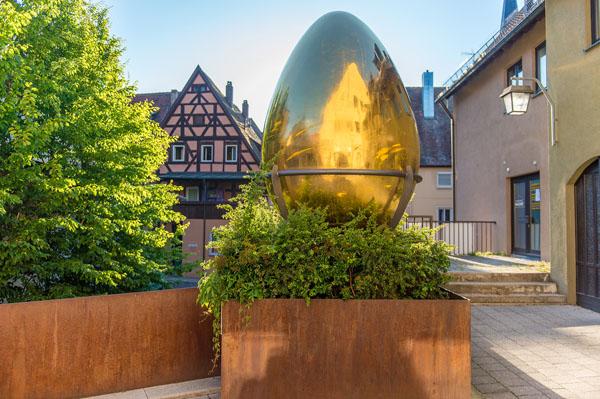 Oft fotografiert: das vergoldete Riesen-Ei des Schwabacher Bildhauers Clemens Heinl in der Nähe des Marktplatzes. – Foto: Stadt Schwabach