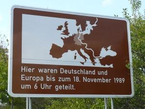 Eine Hinweistafel erinnert an die innerdeutsche Grenze.