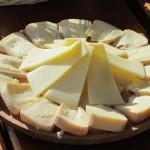 Eine schmackhafte Käseplatte ist auf der Burgeralm ein Muss. - Foto: Michael Stephan