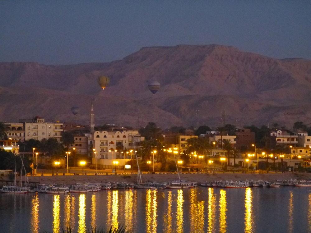 Magisch: Im Morgengrauen den Blick auf das Tal der Könige sowie den Nil vom Heißluftballon aus genießen.