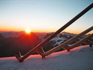 Morgenstimmung in 3239 Metern Höhe – am Schweizer Nationalfeiertag starten die Titlis-Bergbahnen schon vor Tagesanbruch in die Engelberger Gletscherwelt. - Foto: Titlis Rotair