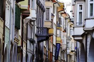 Die Kaufleute Bozens bauten ihre Handelshäuser im gotischen Stil und breiteten unter den dazugehörigen Lauben ihre Waren aus. - Foto: Verkehrsamt der Stadt Bozen