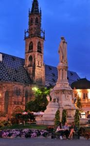 Eines der Wahrzeichen Bozens ist der Dom und die Walther-von-der-Vogelweide-Statue. - Foto: Verkehrsamt der Stadt Bozen