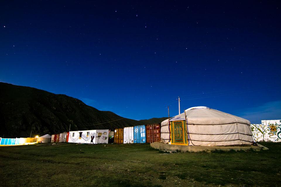 Eine Jurte des Lotuskinderzentrums bei Nacht.