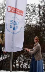 """Die bayerische Bierkönigin Marlene Speck aus Starnberg hisste am 6. Januar die Fahne des """"Bayerischen Reinheitsgebotes"""", das umgangssprachlich auch als """"Deutsches Reinheitsgebot"""" bezeichnet wird. - Foto: Marketing & Tourismus GmbH Bayreuth"""