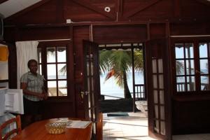 """Picard Beach Cottages: Hier war ein Teil der an den Dreharbeiten von Fluch der Karibik II beteiligten Schauspieler untergebracht. Die Picard Beach Cottages im Nordwesten der Insel, nahe Portsmouth, beherbergten 60 Crewmitglieder in Strandhäusern. """"Die Black Pearl hat hier geankert"""", erzählt Hotelmanager Ashton Rivière. """"Und mit Hilfe eines Trampolins haben die Schauspieler hier ihre Stunts geübt."""" Die Strandhäuschen tragen keine Nummern, sondern Tafeln, die an ihre berühmten Bewohner erinnern. Johnny Depp hat es jedoch vorgezogen, auf einer Yacht zu leben."""