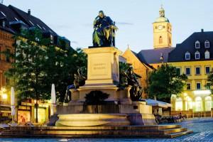 Das Rückert-Denkmal in Schweinfurt bei Nacht. - Foto: Franken Tourismus