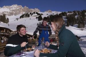 Genussabfahrten und beste Kulinarik vor Dolomiten-Panorama im Ski Center Latemar-Obereggen. - Foto: Eggental Tourismus