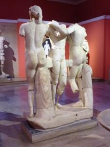 Die drei Grazien, die Frohsinn, Glanz und Freunde verkörpern und meist unbekleidet, sich gegenseitig berührend oder umarmend dargestellt werden, waren ein beliebter Gegenstand der Antike. Heute sind sie ein herausragendes Zeugnis der römischen Kunst an der türkischen Riviera.