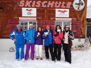 """Die Teilnehmer halten stolz ihren """"Rote-Pisten-Führerschein"""" in Händen. Ganz links Skilehrer Reinhard Singer. - Foto: Tiroler Zugspitz Arena / Birgit Linder"""