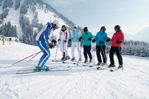 Ehe die ersten Schwünge anstehen, werden den Wiedereinsteigern die neuesten theoretischen Kenntnisse vermittelt. - Foto: Skischule Berwang