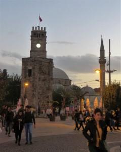 Der Platz am Uhrenturm ist ein Knotenpunkt des öffentlichen Nahverkehrs und von dort erreicht man die Altstadt und die Bazare.