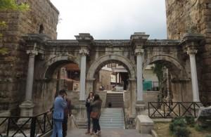 Das Tor wurde zu Ehren des Besuchs des römischen Kaisers Hadrian im Jahre 130 v. Chr. errichtet.