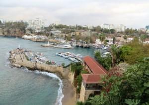Zahlreiche Stellen an der Steilküste, an deren oberen Teil die Altstadt überwiegend liegt, gewähren Blicke auf den Hafen. Am unteren Bildrand sieht man einen kleinen Teil des Altstadtstrandes.