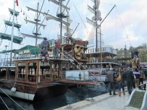 Im Winter dümpelt im Hafen die Flotte der Ausflugsboote, große und kleine Motorschiffe sowie Geister-, Piraten- und Liebesschiffe. Ein Besuch des quirligen Hafens lohnt sich auf jeden Fall.