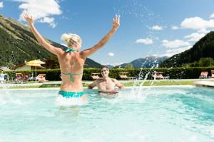 Mit einem der größten zusammenhängenden Wellnessbereiche in den Alpen – insgesamt 6000 Quadratmeter – bietet das Hotel Schneeberg neben einer großen Sauna- und Badelandschaft auch so viele verschiedene Wellness- und Beautyangebote wie kaum ein anderes.