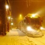 Ein Licht. Ein Zug. Ein Bahnhof mit Hotel. Alp Grüm