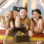 """Im Kinder-Erlebnisbad """"Piratenland"""" mit Piratenschiff und echtem Sandstrand können """"kleine Meuterer"""" sogar einen Schatz heben. - Foto: Leading Family Hotel & Resort Alpenrose"""
