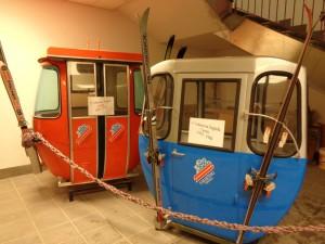 Ein Blick zurück: Ausrangierte Gondeln erinnern in San Martino an frühere Zeiten. - Foto: Dieter Warnick