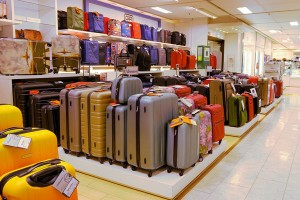Einige wichtige Untensilien sollten unbedingt dabei sein, wenn es ans Kofferpacken für den Urlaub geht. Foto: webandi / pixabay.com