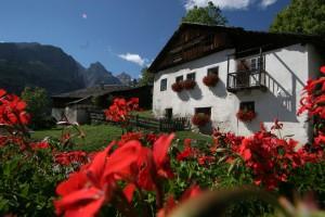Bei einem ladinischen Haus darf der Blumenschmuck natürlich nicht fehlen. – Tourismusverband Alta Badia