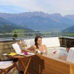 : Romantiker können Arrangements für private Stunden in der Panorama-Badewanne auf dem Dach buchen. - Holzhotel Forsthofalm