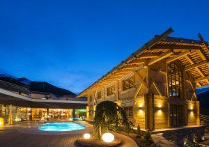 """Vor dem sogenannten """"Knappenhaus"""" mit Sauna und Kaue (Überbau über einen Bergwerks-Schacht, der diesen vor Regen und Wind schützt), befindet sich ein kleiner Salzsee. - Foto: Hotel Plunhof"""