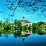 Eine Wanderung um den Höglwörther See ist bei einem Besuch im Rupertiwinkel unerlässlich; das einmalige Kleinod und die malerisch gelegene Klosteranlage verzaubern jeden Gast. - Foto: Berchtesgadener Land Tourismus
