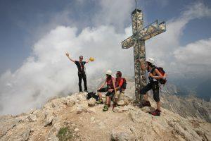 Es ist geschafft, das Gipfelkreuz des Weißhorns ist erreicht. - Foto: Tourismusverein Deutschnofen