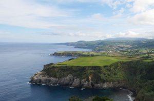 Die Küste erinnert an Irland.