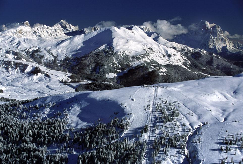 Schneebedeckte Berge wohin das Auge reicht. - Foto: Dolomiti Superski