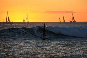Surfen im Sonnenuntergang von Waikiki.