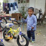 Außer Rand und Band - ein Vierjähriger freut sich sehr über sein neues Rad.