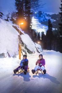 Die etwa vier Kilometer lange Mondschein-Rodelbahn Söll ist auch bei Dunkelheit in Betrieb. Die Strecke wird mittwochs und samstags von 19 bis 22.30 Uhr beleuchtet. - Foto: Ferienregion Wilder Kaiser / Peter von Felbert
