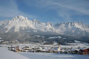 Nach den heftigen Schneefällen der vergangenen Tage ist die Ortschaft Ellmau bei Wintergästen ein gern besuchtes Ziel. - Foto: Ferienregion Wilder Kaiser