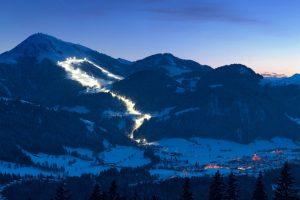Weithin sichtbar ist die Nachtpiste von Söll. - Foto: Ferienregion Wilder Kaiser