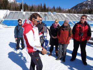 Biathlon-Trainer Willi gibt erste Anweisungen und erklärt den Umgang mit dem Kleinkalibergewehr. - Foto: Dieter Warnick