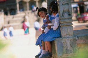 Kinder in Bhaktapur, einer alten Königsstadt im Kathmandutal. Die Altstadt zählt zum Weltkulturerbe der UNESCO. Foto: Gebeco