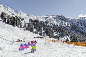 Ein maßgeschneidertes Angebot für Ski-Zwerge bietet die Schneesportschule Hochzeiger-Pitztal an. - Foto: Tirol-Werbung/Robert Pupeter